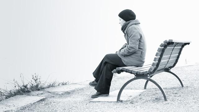 Frau sitzt einsam auf Bank | (c) Alphavision