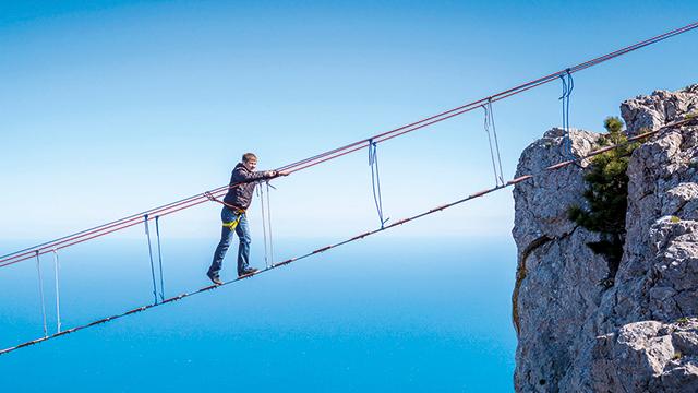 Ein Wagnis: Gang über die Hängebrücke