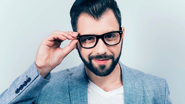 Die Brille gehört bei ihm dazu