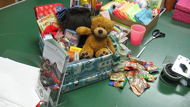 Geschenke in Geschenkbox | (c) ERF Medien