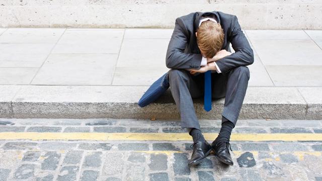 Mann sitzt verzweifelt am Strassenrad | (c) ERF Medien