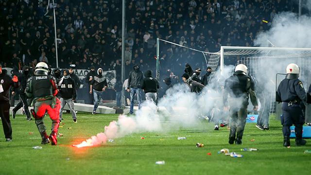 Fans und Polizei bei einem Fussballspiel in Griechenland 2016