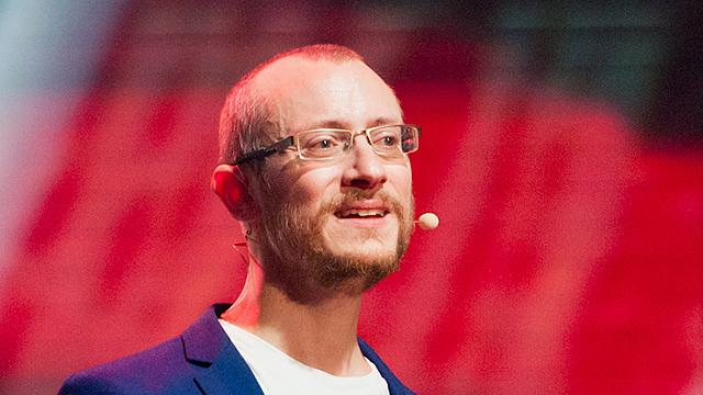 Johannes Hartl spricht an einer Konferenz