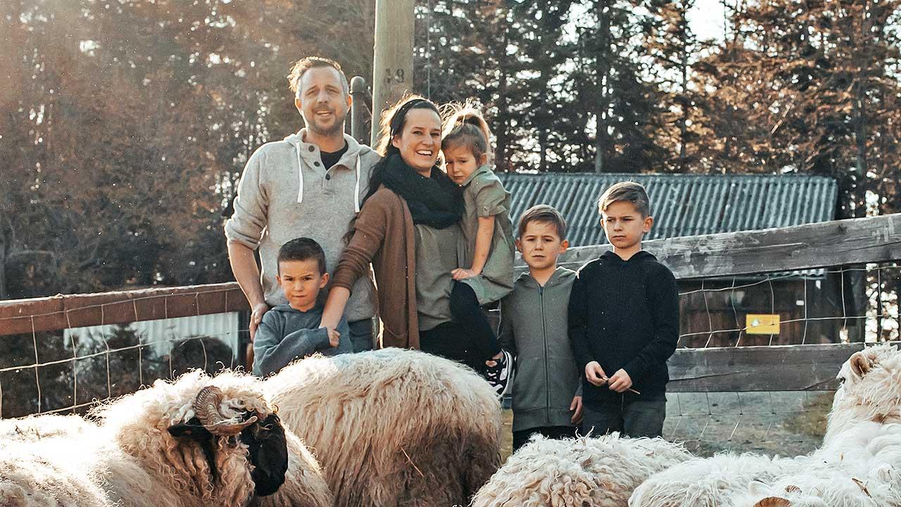 Stephan Maag mit Frau, Kindern und Schafen