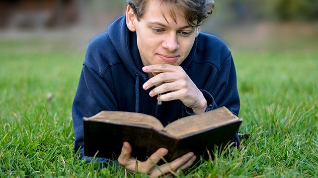 Mann vertieft in die Bibel