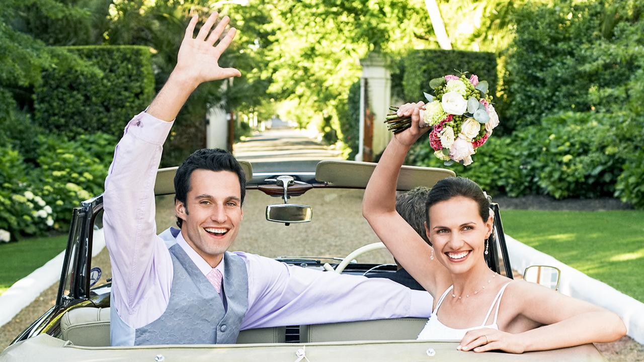 Frisch verheiratetes Paar im Auto