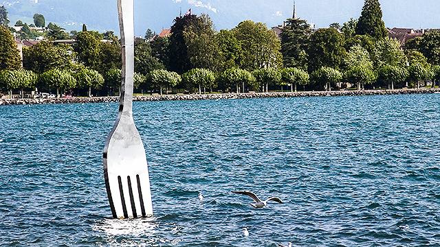 Auch Kunst: Riesengabel im See