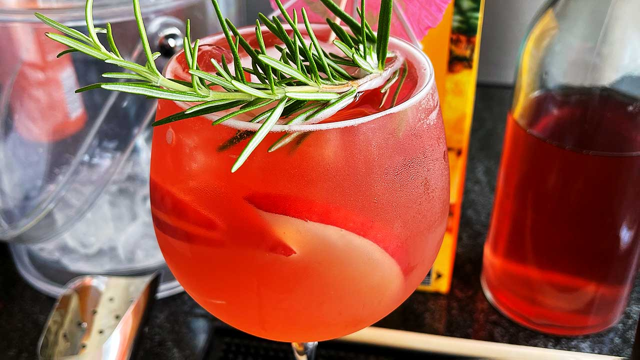 Cocktail nach einem Rezept der Blue Cocktail Bar