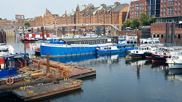 Flussschifferkirche im Hafen von Hamburg