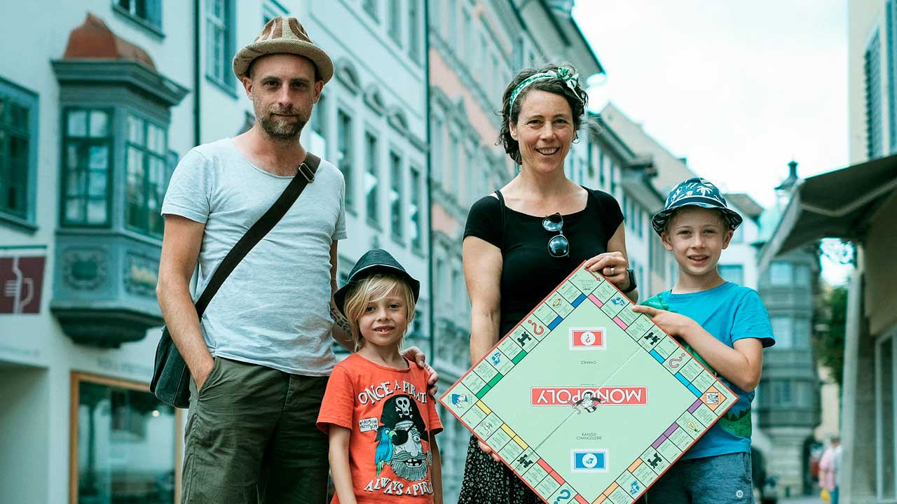 Familie Böhlen unterwegs mit dem Monopoly-Brett