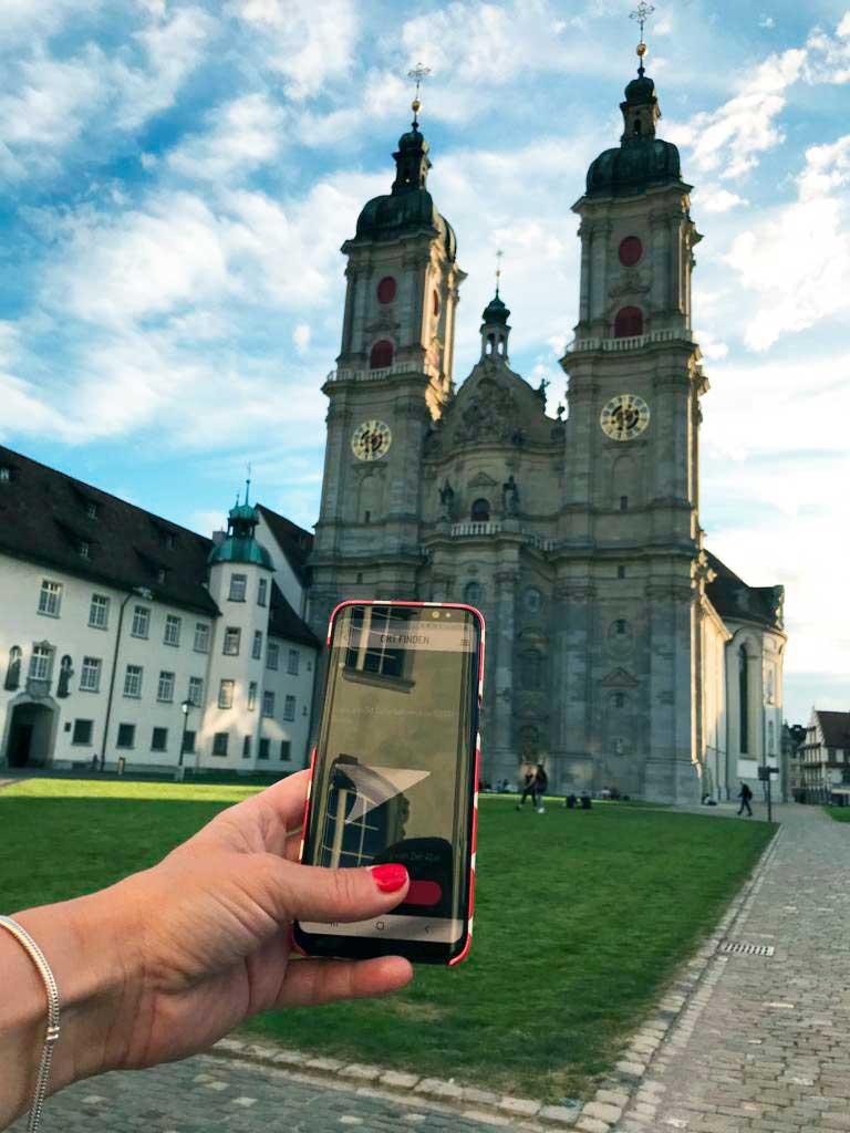Smartphone vor der Katedrale St. Gallen