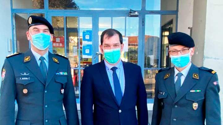 Peter Schneeberger mit zwei Offizieren der Schweizer Armee