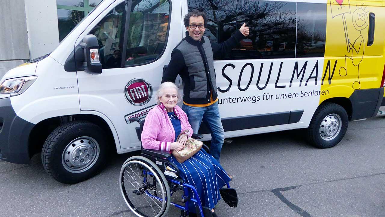 «Soulman» David Spielmann begeitet eine Seniorin im Rollstuhl | (c) David Spielmann
