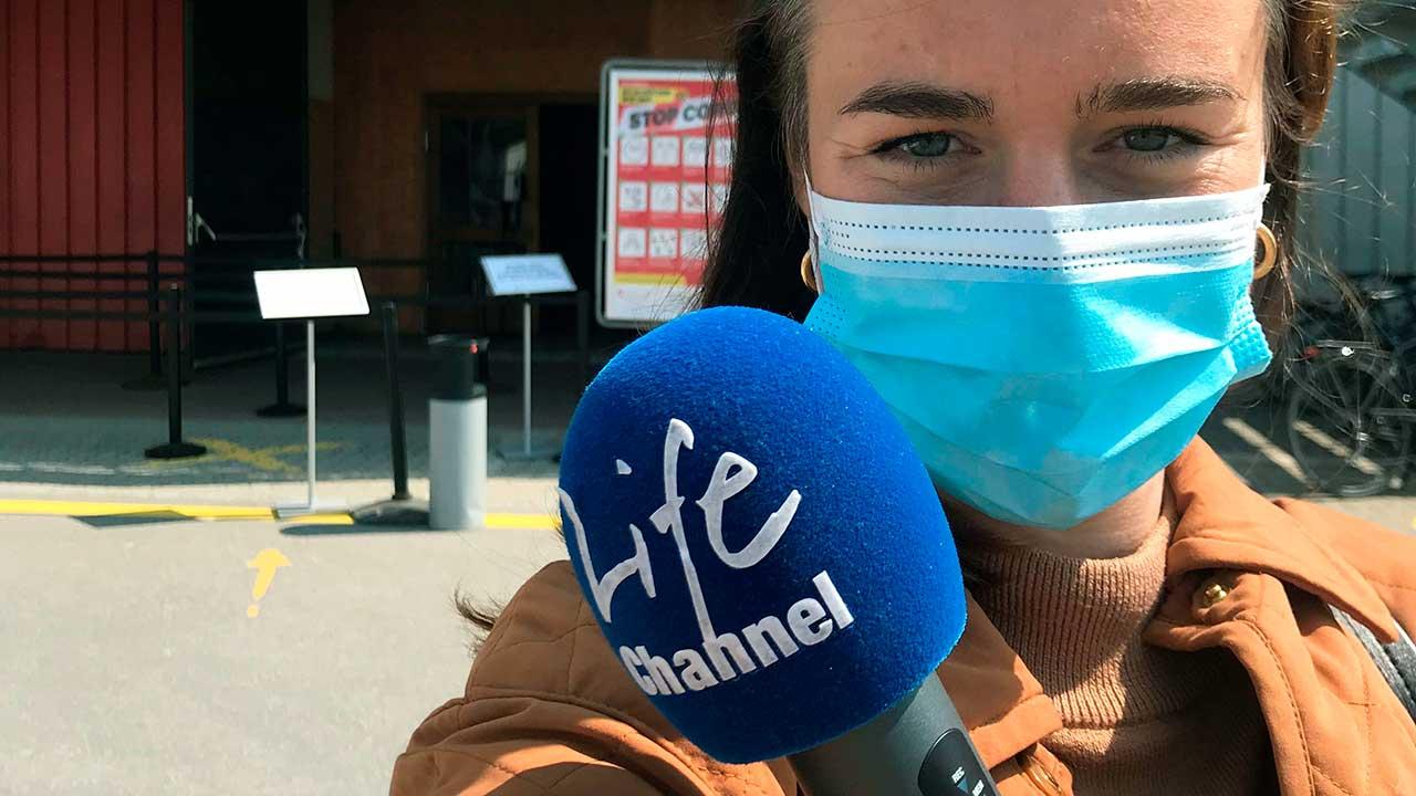 Moderatorin Tabea Kobel vor dem Impfzentrum Wetzikon