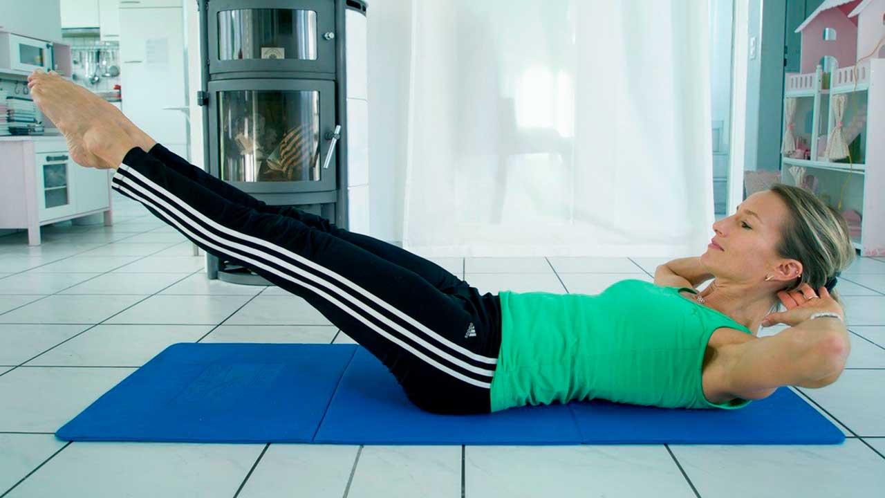 Jacqueline Walcher zeigt die Übung für den unteren Bauch | (c) privat