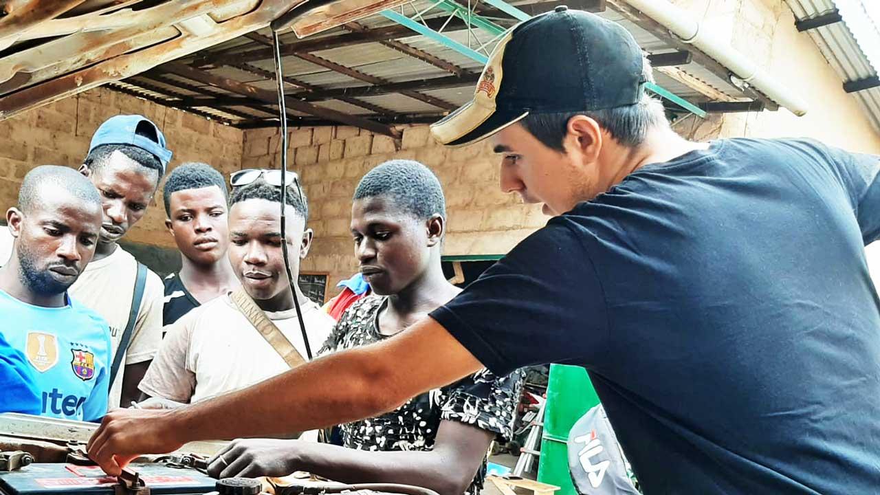 Samuel Wicki erklärt Menschen in Guinea etwas Technisches