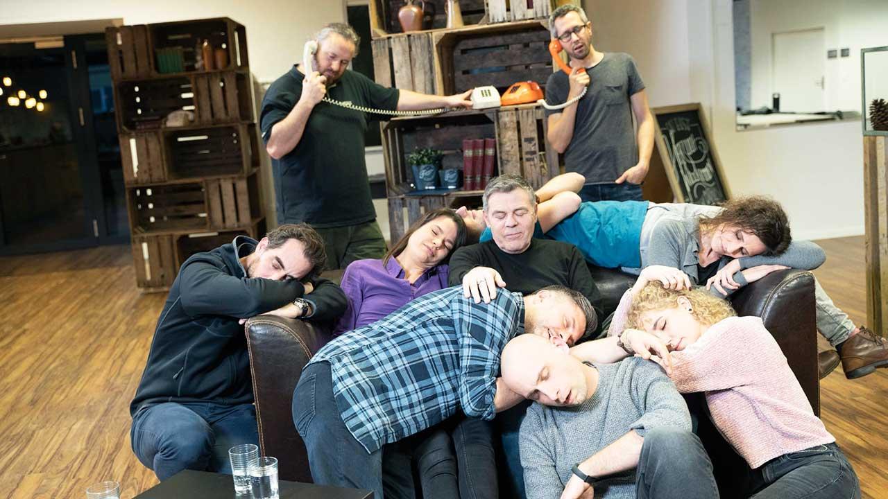 Die Crew vom FENSTER ZUM SONNTAG-Talk gönnt sich gerade ein Schläfchen