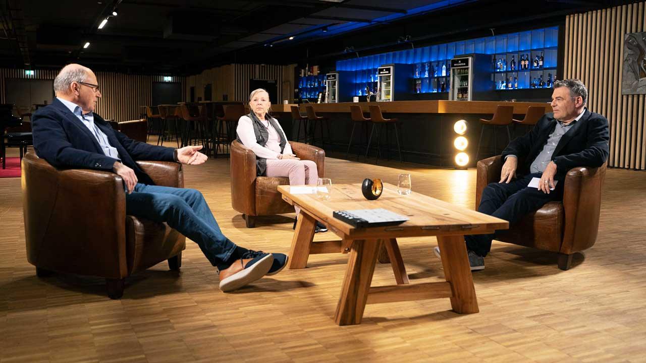 Ruedi Josuran mit den beiden Gästen der Sendung «Der Schuldensanierer»