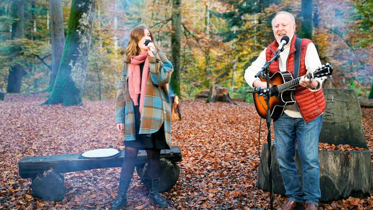 Peter Reber und Tochter Nina singen am Lagerfeuer