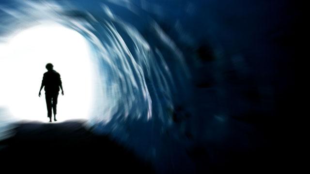 Mann läuft gegen Licht am Ende des Tunnels | (c) unbekannt