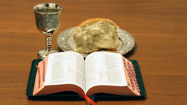 Abendmahl mit Brot, Wein und Bibel