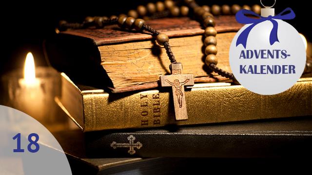 Bibel im Kerzenschein
