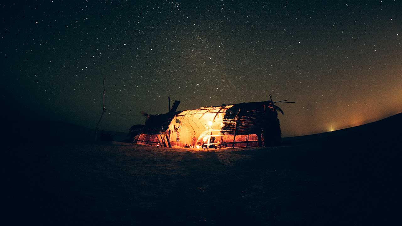 Beleuchtete Hütte nachts in Ägypten | (c) Mhmd Sedky/Unsplash