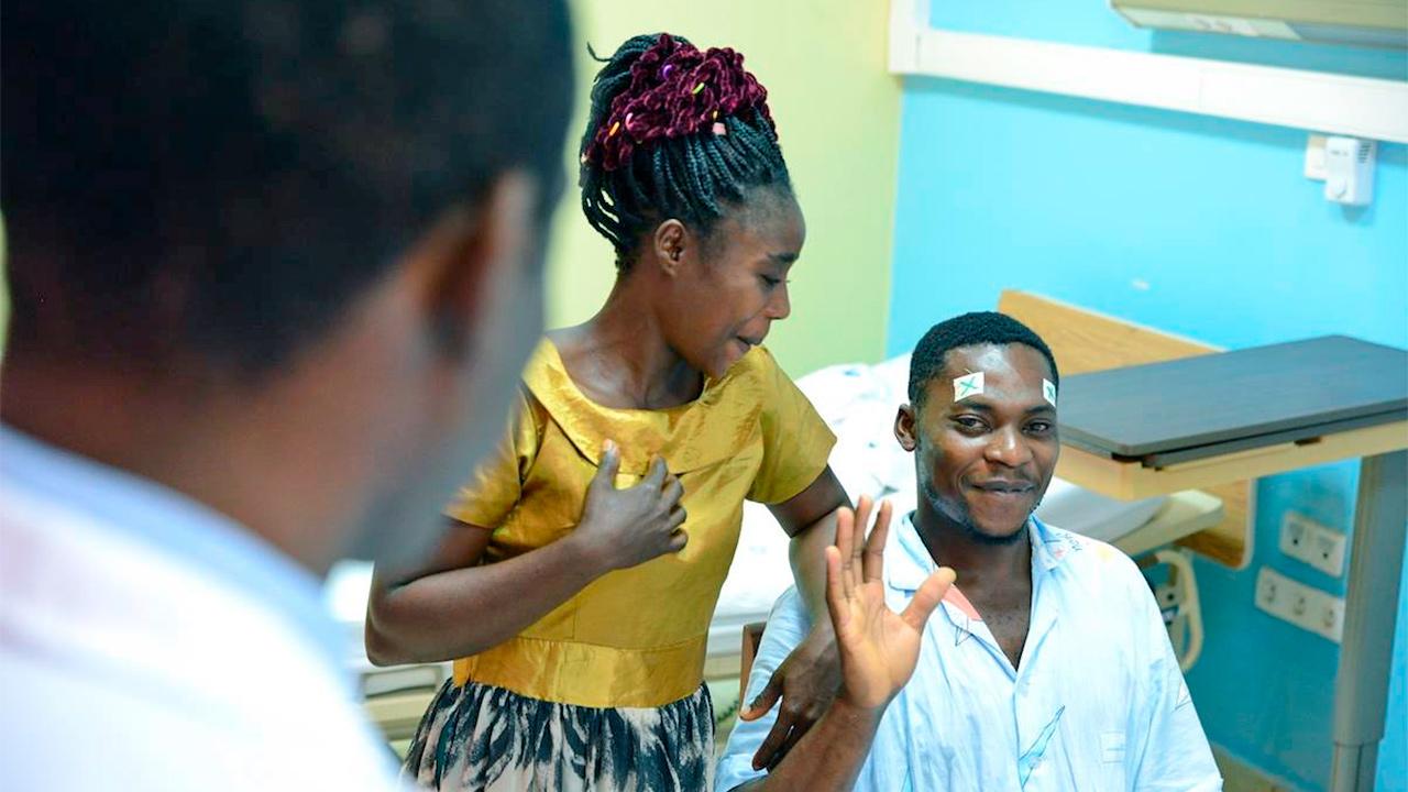 Arzt mit Patient und Frau
