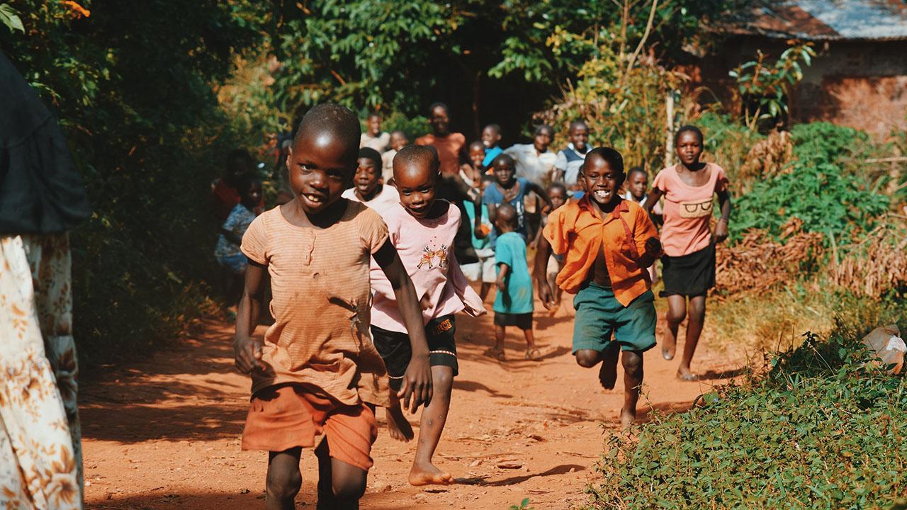 Kinder rennen freudig | (c) Seth Doyle, unsplash.com