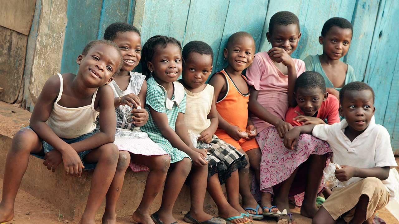 Eine Gruppe von afrikanischen Kindern in guter Stimmung