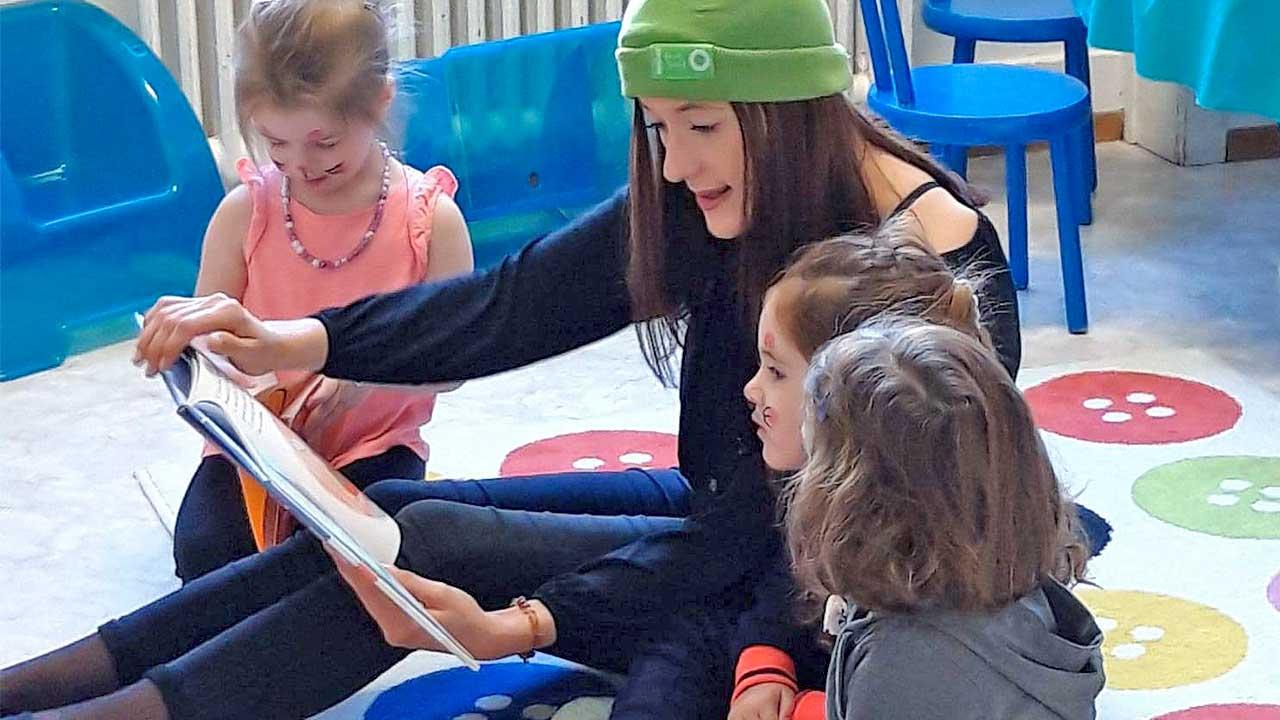 Teenagerin mit Mädchen bei der «Aktion 72 Stunden»