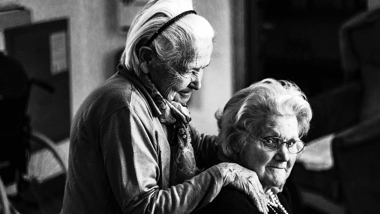 Zwei Senioren-Freundinnen in einem Altersheim