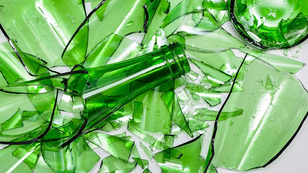 zerbrochenes grüner Altglass