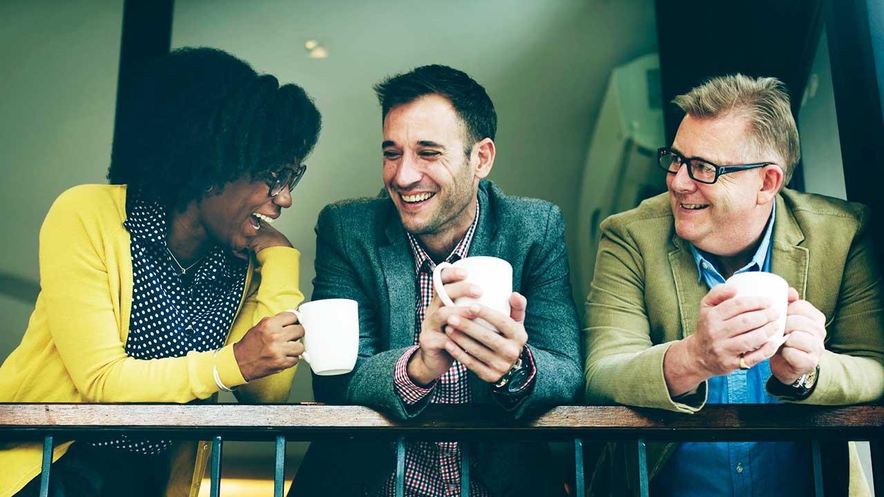 Drei Arbeitskollegen in gelöster Atmosphäre