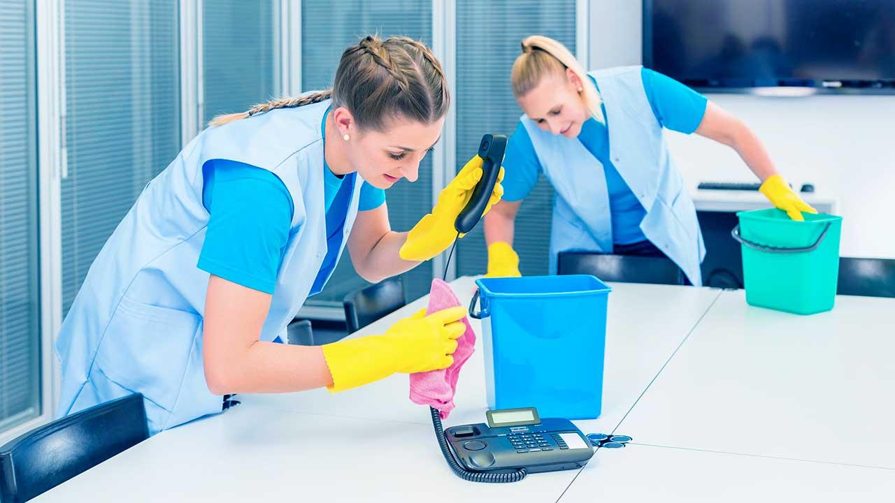 Putzfrauen reinigen ein Büro