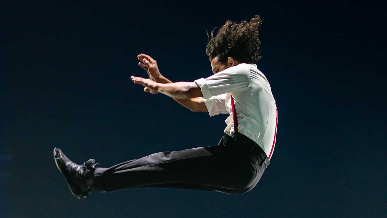 Artist in einer Aufführung befindet sich in der Luft