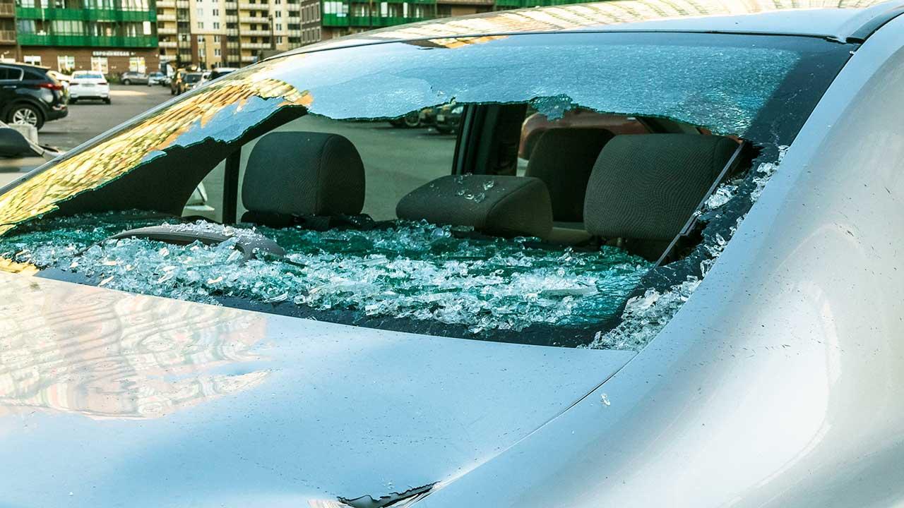 zerstörte Scheibe eines Autos mit Scherben