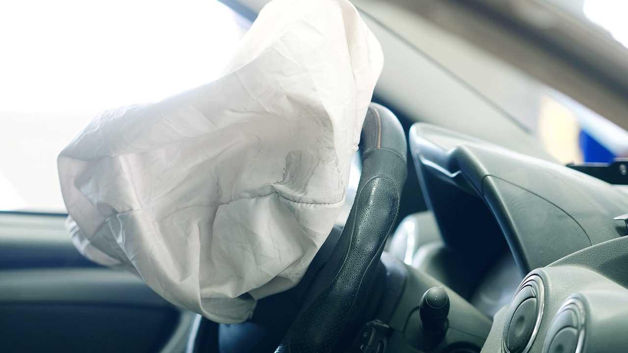 aktivierter Airbag in einem Auto