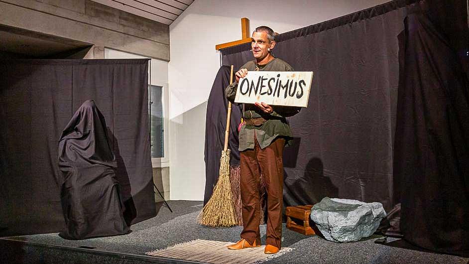 Marc Lendenmann auf der Bühne als «Nützli»