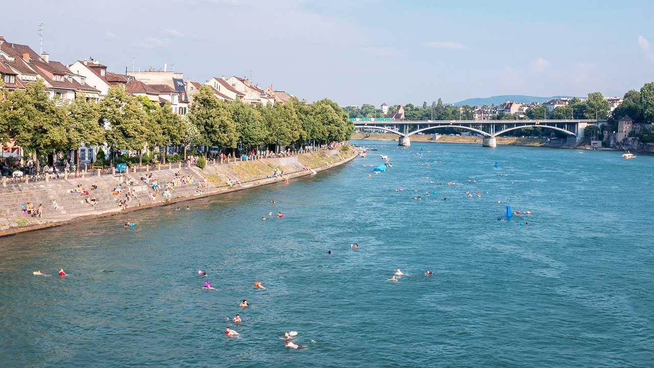 Menschen schwimmen im Rhein in Basel