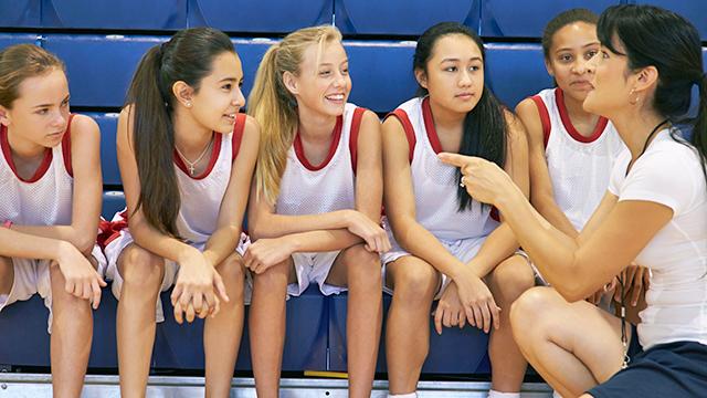 Basketball-Spielerinnen und Coachin