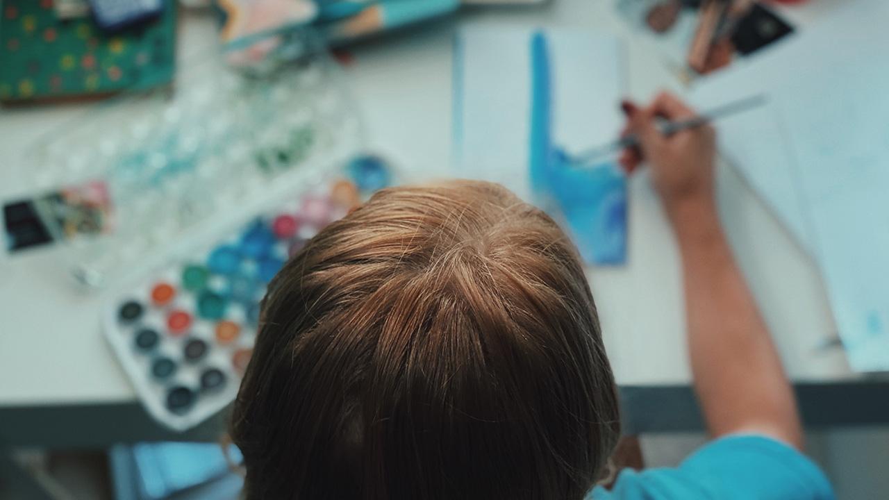 Eine Person beim Malen.