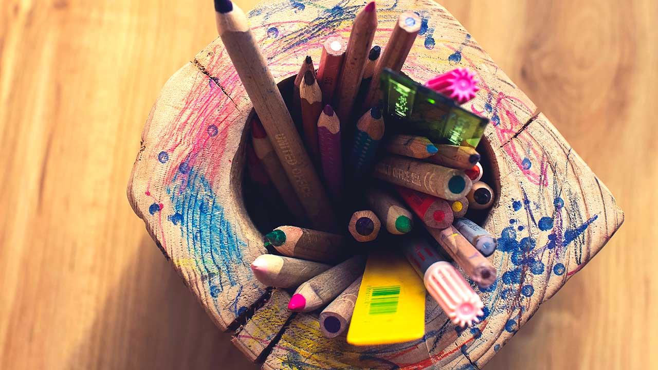 Selbstgemächter Holzbehälter mit Farbstiften