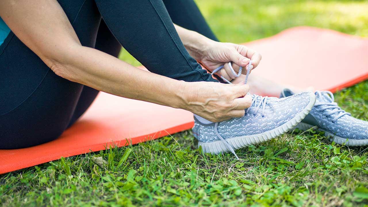 Frauenhände binden Schuhe | (c) 123rf