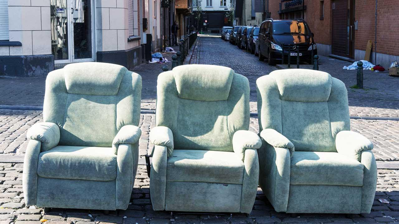 Sofas auf einer Strasse in Brüssel