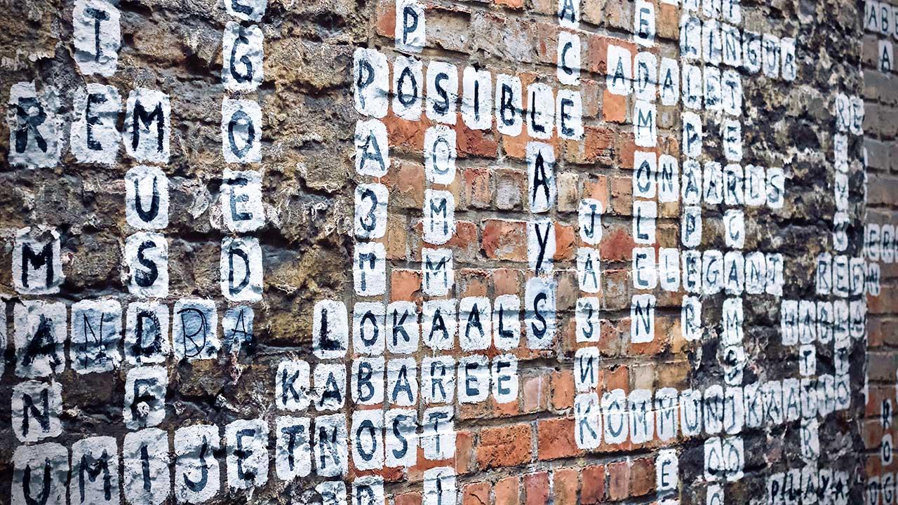 Kreuzworträtsel an einer Mauer in Gent, Belgien