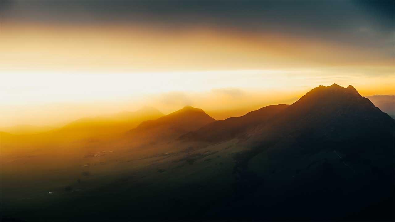 Berge in goldgelbem Licht