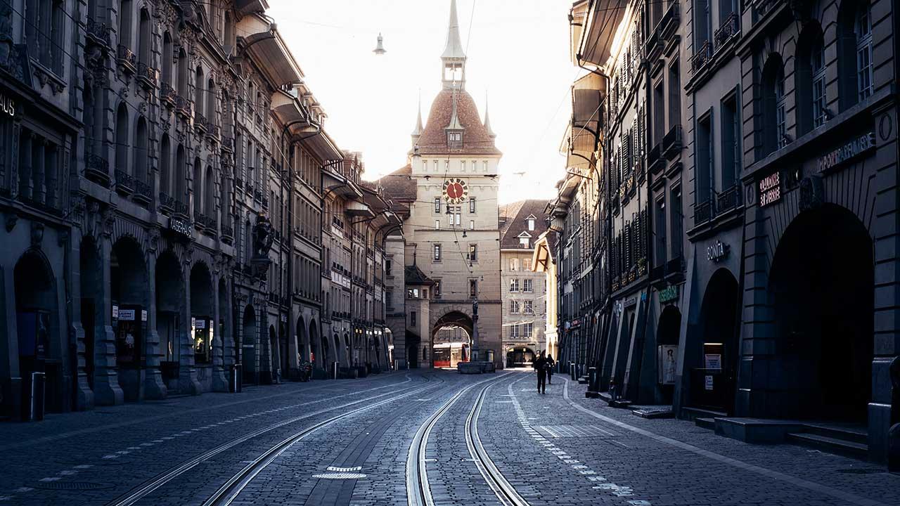 In der Altstadt von Bern: in der Marktgasse Richtung Käfigturm