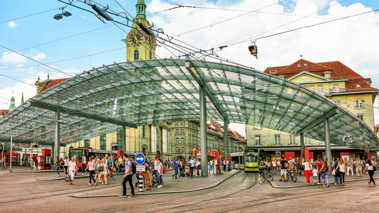 Sommertag am Bahnhofsplatz Bern