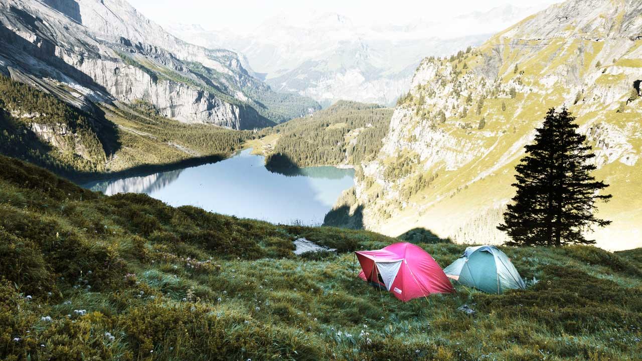 Zelte oberhalb des Oeschinensees